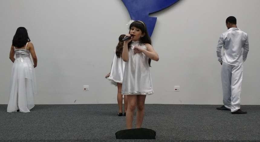 O tema da apresentação dos alunos da Escola Vânia Maria Simão foi as artes cênicas - CRÉDITO: Cláudio Galleti