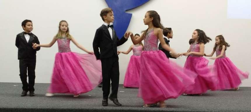Alunos da Escola Municipal Ariovaldo Moreno, de Maringá, apresentaram a valsa vienense - CRÉDITO: Cláudio Galleti