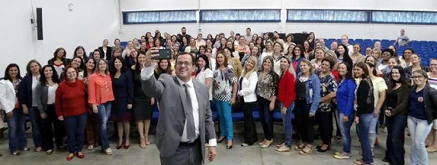 Promotor faz selfie para registrar a presença do público na palestra - CRÉDITO: Divulgação