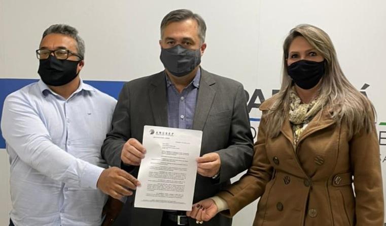Prefeito de Mandaguaçu, Professor Índio; secretário Beto Preto; e prefeita de Astorga, Suzie Zanatta, durante a entrega do documento, que reivindica atualização dos dados populacionais dos municípios