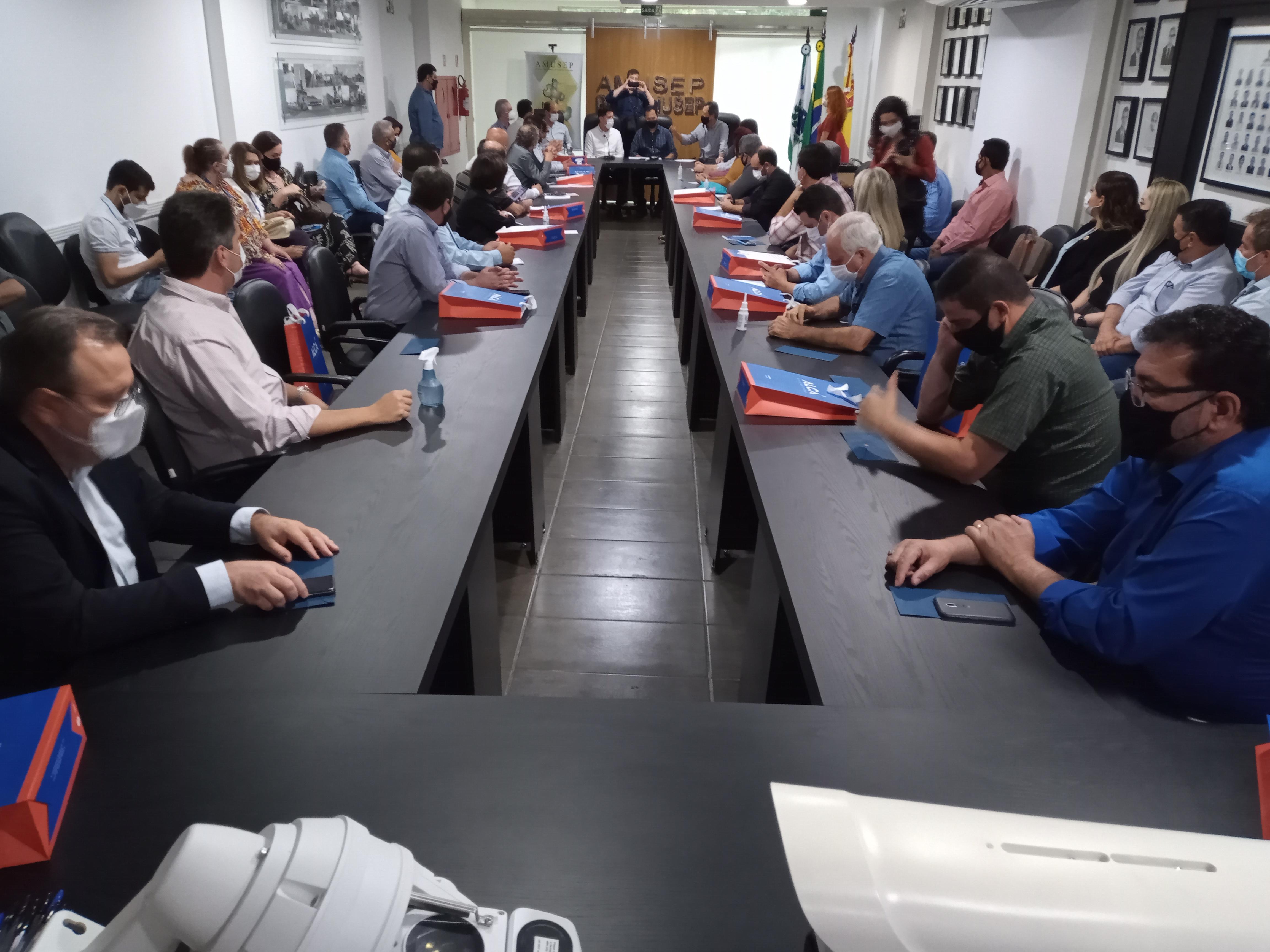 Secretário-chefe da Casa Civil do Paraná fez 'visita surpresa' e participou da abertura da reunião mensal de prefeitos da região da Associação