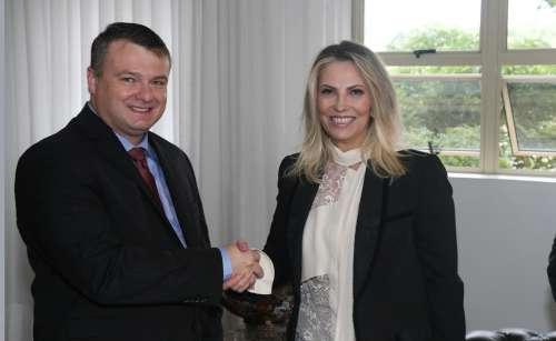 Governadora Cida Borghetti cumprimenta o novo presidente da AMP, Frank Schiavini - CRÉDITO: Orlando Kissner/AEN
