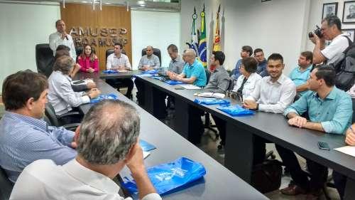 O deputado federal, Ricardo Barros, e a deputada estadual, Maria Victoria, também participaram da reunião mensal dos prefeitos - CRÉDITO: Cláudio Galleti