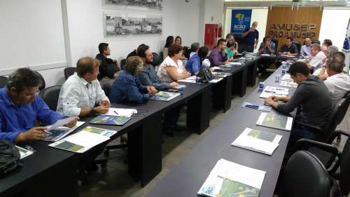 Técnicos da Confederação Nacional dos Municípios apresentaram diretrizes para compor o documento a ser elaborado pela associação regional - CRÉDITO: Cláudio Galleti
